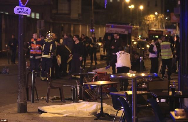 Ít nhất 11 người đã bị giết tại nhà hàng ở gần tòa soạn báo Charlie Hebdo, nơi xảy ra vụ xả súng kinh hoàng hồi tháng 1, trong khi ít nhất 15 người thiệt mạng tại nhà hát Bataclan.