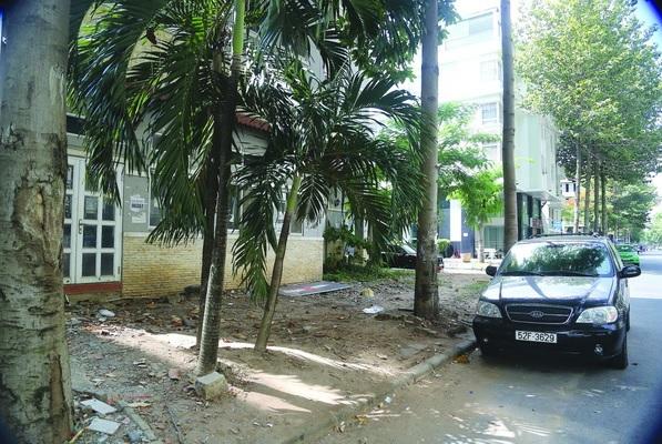 Khu đô thị hiện đại bậc nhất Việt Nam còn tồn tại vỉa hè đầy đất đá xấu xí.