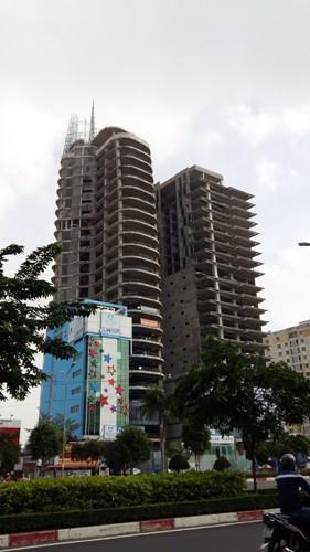 Dự án cao ốc văn phòng song đôi là DB Tower và V-Ikon án ngữ ngay đường ra vào thành phố khá tấp nập.