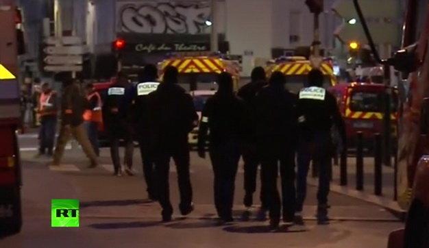 Đông đảo cảnh sát đã được điều đến Saint-Denis - Ảnh chụp qua bản tin phát trực tiếp trên YouTube của RT lúc 13g29 ngày 18-11