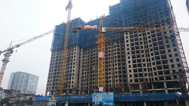 Nhìn từ đường Lê Văn Lương, dự án Golden West đang bị dự án chung cư HACC1 Complex (xây tầng 2) vỗ mặt