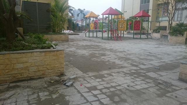 Khu vui chơi trẻ em được quảng cáo khi bán căn hộ, nhưng nay vẫn còn nhếch nhác, không đáp ứng được nhu cầu chơi của con em cư dân.