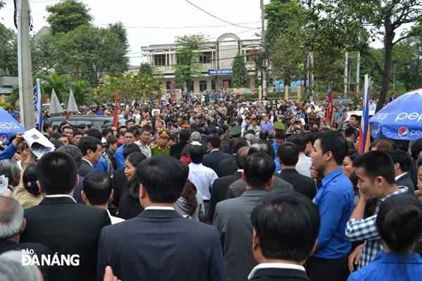 Hàng ngàn người dân chờ vào viếng ông Nguyễn Bá Thanh