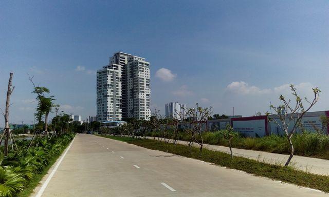 Nằm ngay bờ sông Sài Gòn khá đẹp, dự án Đảo Kim Cương nhiều năm qua vẫn tắt ngấm, ngoài một block chung cư đang được chào bán.