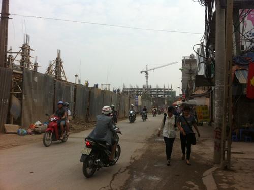 Theo quan sát phố Triều Khúc là con phố khá nhỏ, mặt đường chỉ rộng khoảng 5 mét, vỉa hè nhỏ.