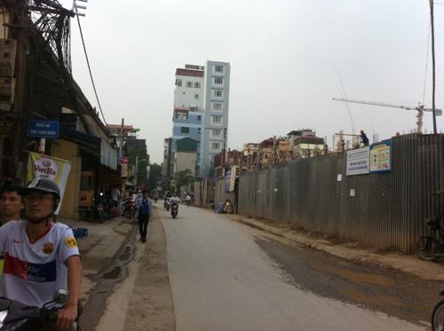 Đường Triều Khúc ngày thường vào giờ cao điểm đã đông nghẹt người bởi mặt đường khá nhỏ nhưng mật độ cư dân, phương tiện đi lại rất đông do có một trường đại học ngay trên địa bàn.