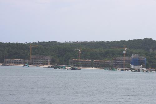 Đảo An Thới đang nổi lên như một điểm đến mới của dòng vốn đầu tư vào BĐS nghỉ dưỡng tại Phú Quốc. Trong hình là cảnh một công trình khách sạn 5 sao của tập đoàn Sun Group đang được xây dựng.