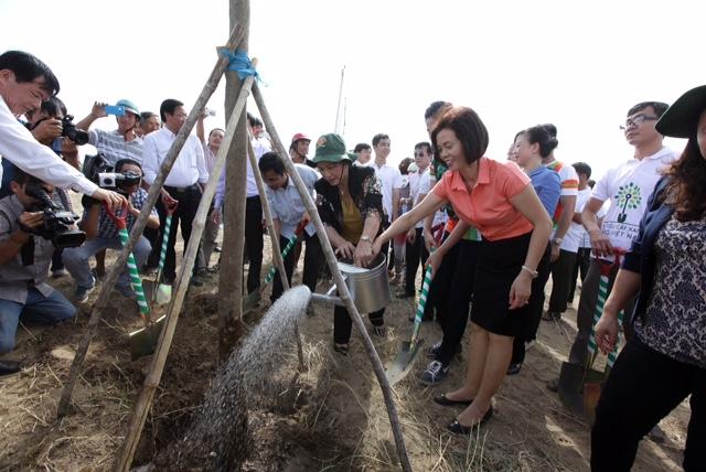 Bà Nguyễn Thị Kim Ngân, Ủy viên Bộ chính trị - Phó chủ tịch Quốc Hội nước CHXHCN Việt Nam và các đại biểu của chương trình Quỹ 1 triệu cây xanh cho Việt Nam cùng trồng cây tại Khu di tích đường Hồ Chí Minh trên biển ở Thạnh Phú, Bến Tre.