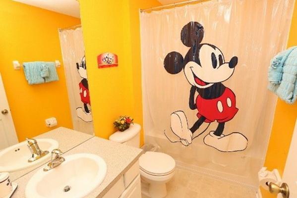 Bé sẽ rất thích thú khi chú chuột Mickey đang ở cạnh mình.