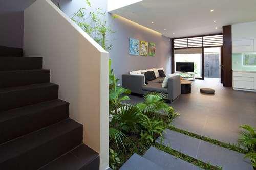 Ngôi nhà được xây dựng trên một khu đất rộng 8m, sâu 22m. Với thiết kế hai tầng và tổng diện tích sử dụng vào khoảng 255m², ngôi nhà là tổ ấm của cặp vợ chồng và ba đứa con nhỏ.