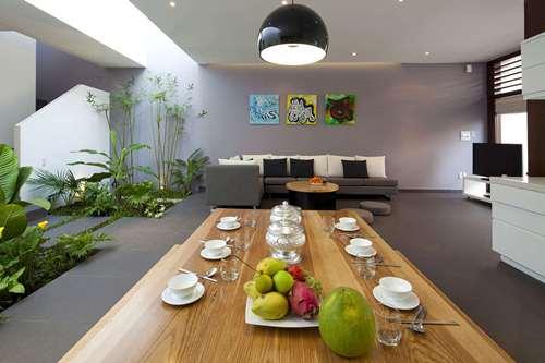 Với kiểu thiết kế liên thông phòng khách và bếp vừa tạo sự thoáng đãng, không bị ngăn cách bởi các bức tường thô cứng, mà còn giúp mọi người tương tác với nhau dễ dàng hơn.