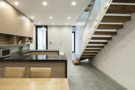 """Còn đây là một ngôi nhà khác tại Hà Đông, Hà Nội. Ngôi nhà được xây thô và hoàn thiện mặt ngoài có kích thước 4,5 x 20 mét. Ngôi nhà """"mỏng"""" và dài đã đặt ra nhiều thách thức cho các nhà thiết kế."""