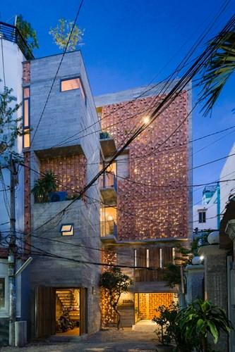 Còn đây là ngôi nhà đẹp ở TP HCM có tên Chi House với mặt tiền được thiết kế độc đáo đã gây ấn tượng mạnh khi xuất hiện trên tờ Archdaily. Ngôi nhà nằm trên khu đất có diện tích 71m2 với hình dạng phức tạp, nhưng nó đã trở thành không gian sinh hoạt ấm cúng, thư giãn lý tưởng cho cả gia đình.