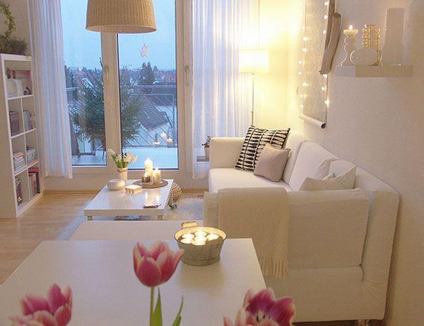 Căn phòng trở nên vô cùng ấm cúng với bộ ghế sofa màu kem.