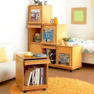 Một căn phòng khách nhỏ sẽ đỡ chật hơn khi bạn sử dụng một chiếc bàn tiếp khách nhỏ gọn, kiêm cả tủ đề đồ và có bánh xe để tăng tính lưu động giúp bạn dễ dàng di chuyển chiếc bàn khi nhà đông khách. Hơn nữa, nó cũng dễ được cất gọn vào góc hơn khi nhà không có khách.
