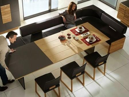 Chiếc bản mở rộng này vừa có thể là bàn tiếp khách, nhưng khi cần lại có thể mở rộng thành bàn ăn tiện dụng cho cả gia đình hay những buổi tiệc đông người.