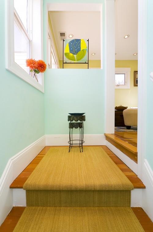 Cầu thang nhà bạn sẽ trở nên đẹp mắt, quyến rũ và trở nên an toàn hơn bao giờ hết khi được trang trí thêm bởi những tấm thảm hoa văn độc đáo trải dọc cầu thang.
