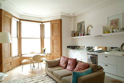 Xu hướng không vách ngăn giữa phòng khách và bếp giúp nhà thoáng đãng, không khí trong nhà lưu thông dễ dàng hơn.