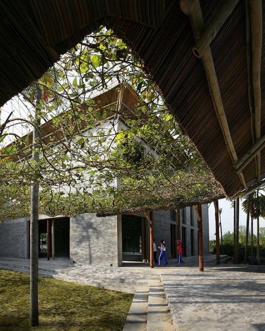 Công trình có cấu trúc mái thích nghi gió bão, hình thành lớp vỏ kép giảm đáng kể bức xạ mặt trời, tạo diện tích bóng mát lớn, sinh động.