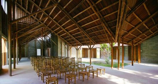 Hệ mái lá dừa, kết cấu khung tre, cột gỗ kiền kiền vững chắc. Tường bao xây gạch hai lớp không nung, tạo lớp đệm không khí, cách nhiệt, ngăn ồn.