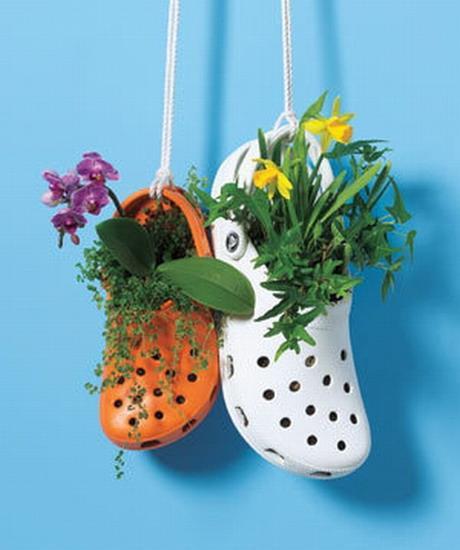 Bạn cũng có thể tận dụng những đôi dép bỏ đi, cho đất vào phần đầu của đôi dép và trồng những loại thực vật nhỏ, dễ sống.