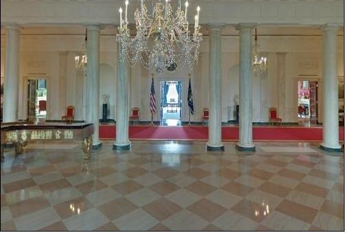 Ngay tại cửa chính Nhà Trắng được đặt một chiếc Piano với bốn góc là bốn con đại bàng mạ vàng.