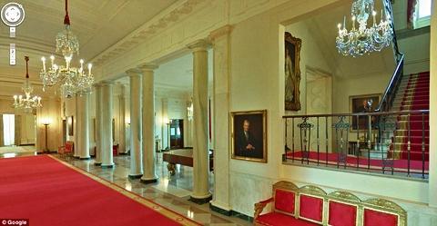 Lối đi lại được thiết kế với những cột tròn và hệ thống nội thất vô cùng tráng lệ. Thảm đỏ được trải mọi lối đi.