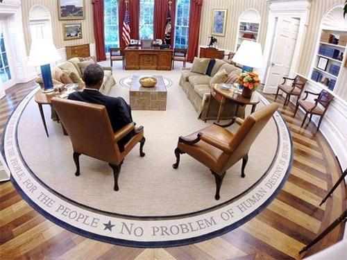 Phòng Bầu Dục là phòng nổi tiếng nhất ở Nhà Trắng, đặt ở West Wing. Đây là nơi làm việc chính của Tổng thống. Toàn bộ hệ thống cửa sổ phòng đều lắp kính chống đạn.