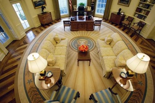 Phòng Oval là nơi làm việc chính thức của Tổng thống Mỹ, là nơi diễn ra các cuộc gặp giữa Tổng thống và các vị nguyên thủ quốc gia, với nội các và các vị quan chức cấp cao của Chính phủ. Đây cũng là nơi ghi hình những lời phát biểu của Tổng thống tới người dân Mỹ và thế giới.