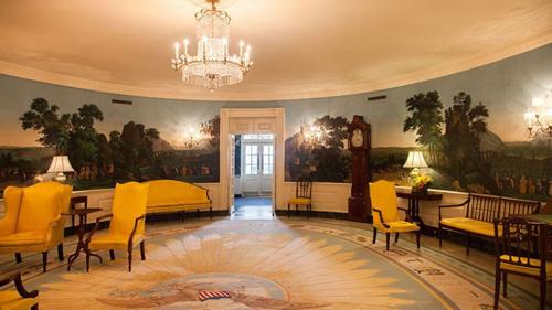 Phòng Tiếp đón ngoại giao. Đây là nơi đầu tiên Tổng thống và Đệ nhất phu nhân tiếp đón những nguyên thủ quốc gia khi họ tới Nhà Trắng.