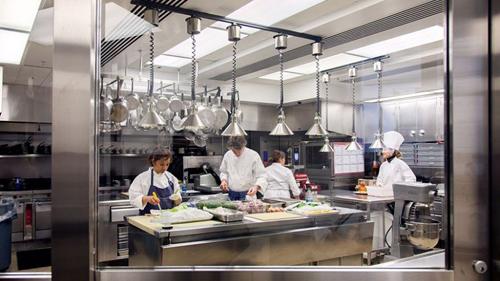 Phòng bếp với toàn bộ nội thất làm bằng kim loại sáng bóng.