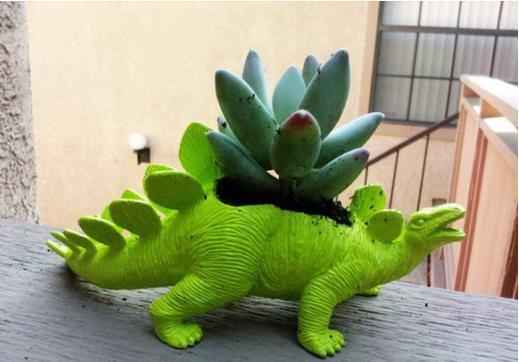 Chiếc chậu cây nổi bật màu xanh lá cây với hình một chú khủng long vô cùng ngộ nghĩnh.