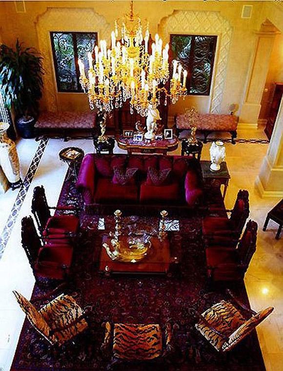 Phòng khách vô cùng sang trọng và lộng lẫy với trần dát vàng 24k.