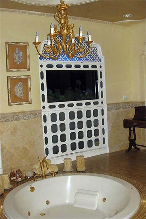 Thậm chí cả bồn tắm cũng được dát vàng xung quanh.