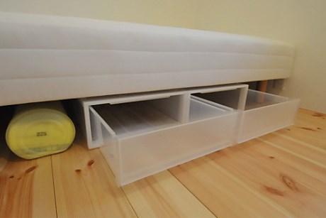 Nếu dùng giường, dưới gầm giường ngủ, mọi người có thể kê một hoặc hai chiếc hộp nhỏ để chứa đồ.