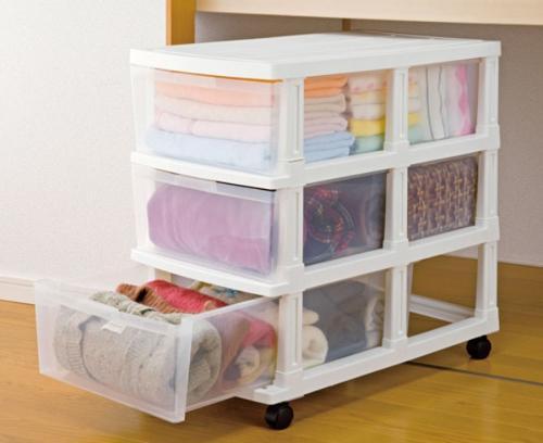 Với những chiếc tủ nhựa nhìn xuyên thấu, nhiều ngăn lại có chân như thế này, họ vừa có thể sắp xếp quần áo, chăn màn một cách rất gọn gàng, vừa có thể di chuyển dễ dàng khi cần sắp xếp, bố trí lại gian phòng.