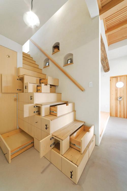 Cầu thang cũng được những gia đình Nhật Bản tận dụng một cách tối ưu. Cầu thang được thiết kế thành những ngăn kéo lớn nhỏ được đánh số rất tiện mỗi khi tìm kiếm những đồ dùng cần thiết.