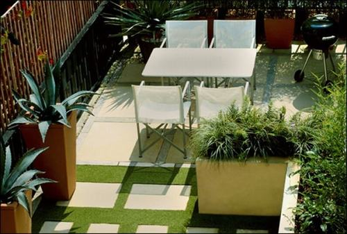 Bạn cũng có thể phủ xanh không gian sân thượng bằng thảm cỏ nhân tạo và những chậu cây cảnh xanh mướt. Việc này sẽ mang lại cảm giác dễ chịu cho bạn nhất là trong những ngày hè oi ả.