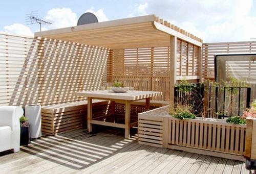 Với mái che được làm từ những thanh gỗ như thế này, sân thượng nhà bạn sẽ được cách nhiệt đồng thời còn tạo nên những vệt nắng rất đẹp.