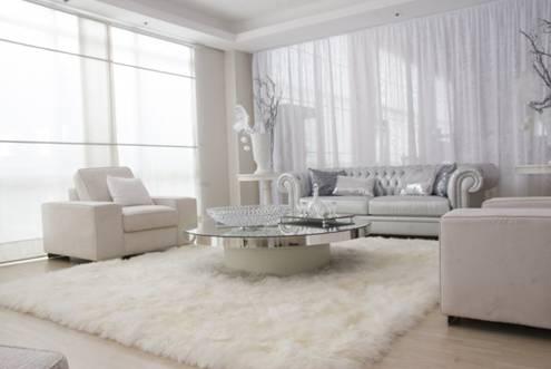 Góc phòng khách nhỏ nhắn như mở rộng hơn nhờ có sự kết hợp màu sắc giữa bộ ghế sofa và tấm thảm lông trắng trải sàn này.