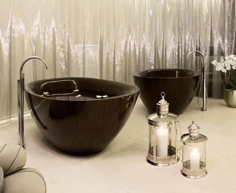 Nếu diện tích hạn chế và thường di chuyển, bồn tắm gỗ tròn là một lựa chọn tối ưu cho bạn.