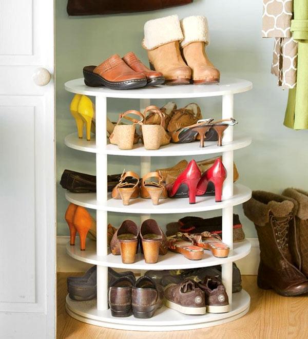 Một kệ gỗ để giày nhiều tầng hình tròn sẽ giúp bạn lưu trữ giày dép thật gọn gàng.