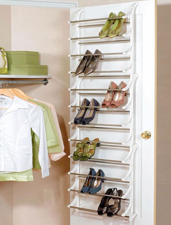 Với giá giày làm bằng kệ inox thông minh gắn ngay cánh cửa tủ quần áo, bạn sẽ có một nơi lý tưởng để cất giầy vừa thuận tiện lại rất gọn gàng.