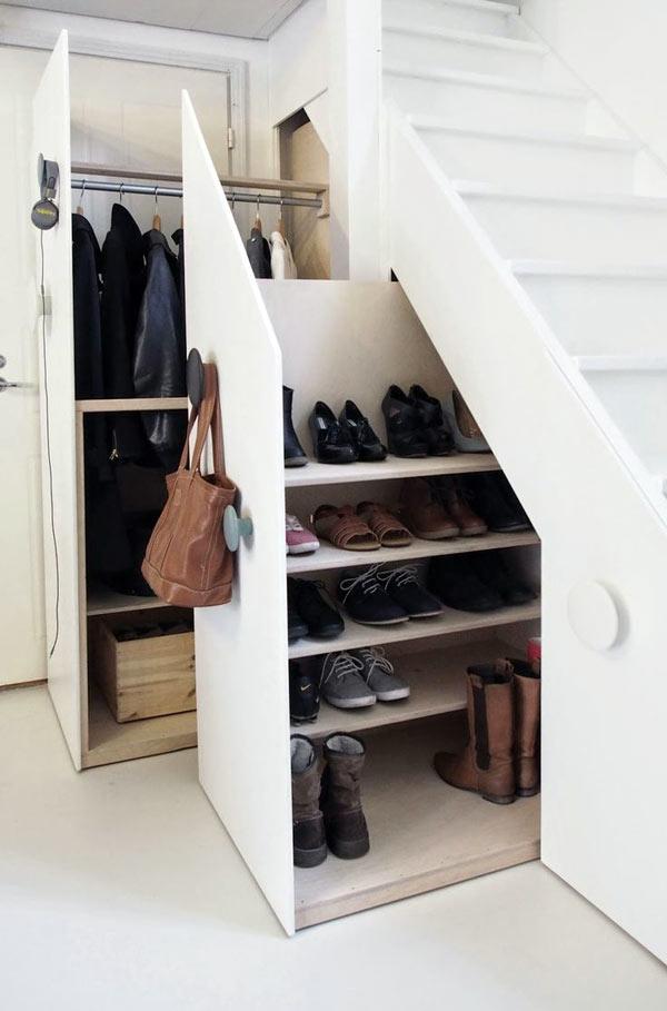Gầm cầu thang nhà bạn cũng sẽ trở thành nơi cất giày lý tưởng không chê vào đâu được.