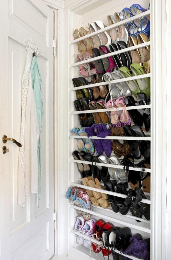 Bộ siêu tập giày được sắp xếp một cách khéo léo, kín đáo ngay sau cánh cửa ra vào.