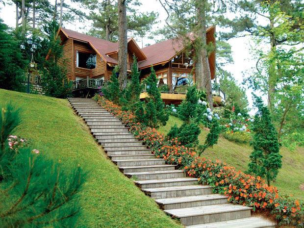 Nhà trên dốc sẽ tạo cảm giác chênh vênh không an toàn, dễ xảy ra tai nạn