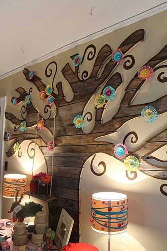 Bức tường hình cây ấn tượng này là cách trang trí nhà đẹp khá độc đáo và không tốn nhiều chi phí.
