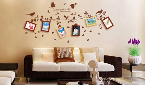 Nếu bạn thích phòng khách của nhà mình trông sinh động hơn thì có thể chọn những mẫu khung hình có kèm theo khung ảnh xinh xắn và đáng yêu này.