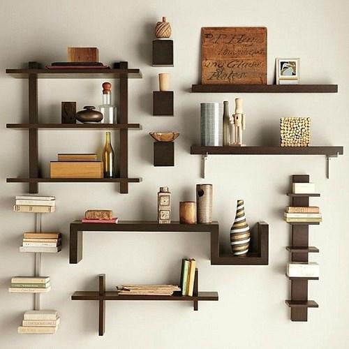 Nếu bạn biết sắp xếp kệ thì đây cũng là 1 phương pháp trang trí thật sáng tạo cho căn phòng của bạn.