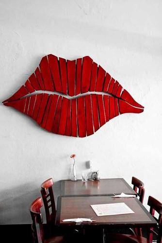 Với những thanh gỗ được cắt gọt và sơn đỏ, bạn có thể tạo nên một đôi môi căng mọng trang trí tường nhà.